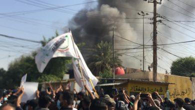 """صورة أنصار """"الحشد الشعبي"""" يحرقون مقرّ حزب """"البارزاني"""" في بغداد"""